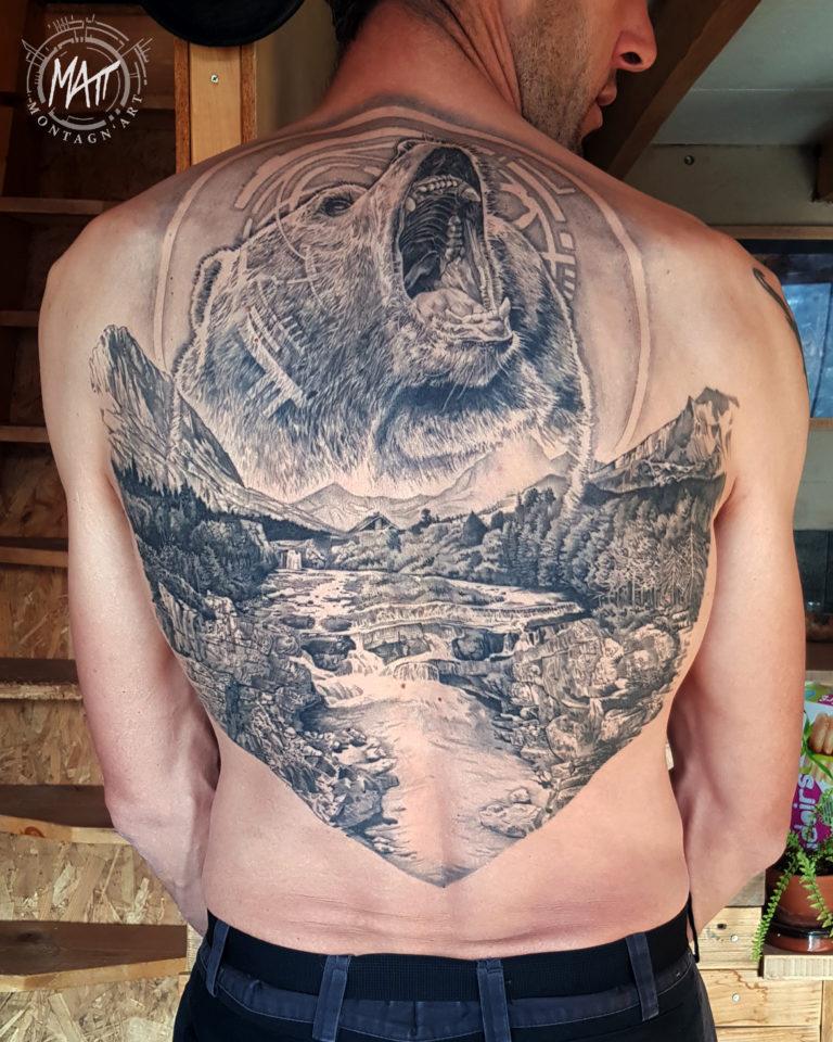 tatouage dos ours montagne